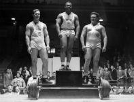 Podium wagi ciężkiej: 1. John Davis (w środku), 2. Norbert Schemansky (L), 3. Abraham Charitd (fot. Getty)