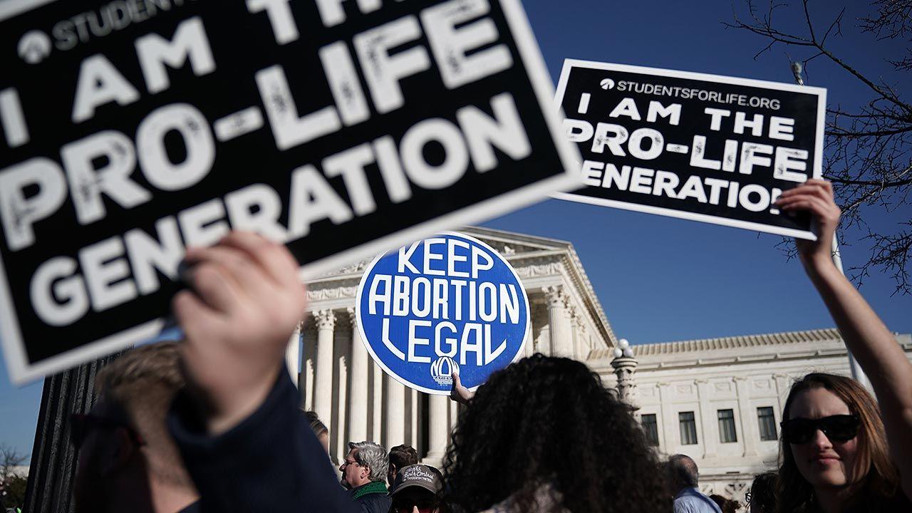 Sąd Najwyższy USA podejmował kwestię prawa do aborcji wielokrotnie (fot. Alex Wong/Getty Images)