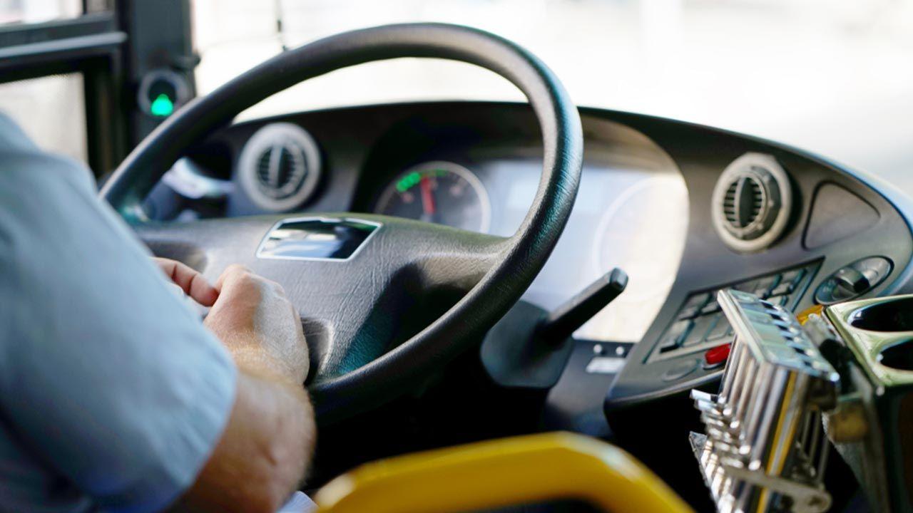 Pijany kierowca miejskiego autobusu potrącił kobietę (fot. Shutterstock/lunopark)