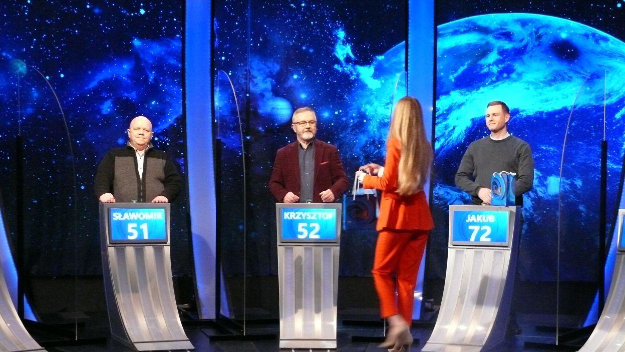 Pani Sylwia wręcza nagrody finalistom i zwycięzcy 2 odcinka 124 edycji