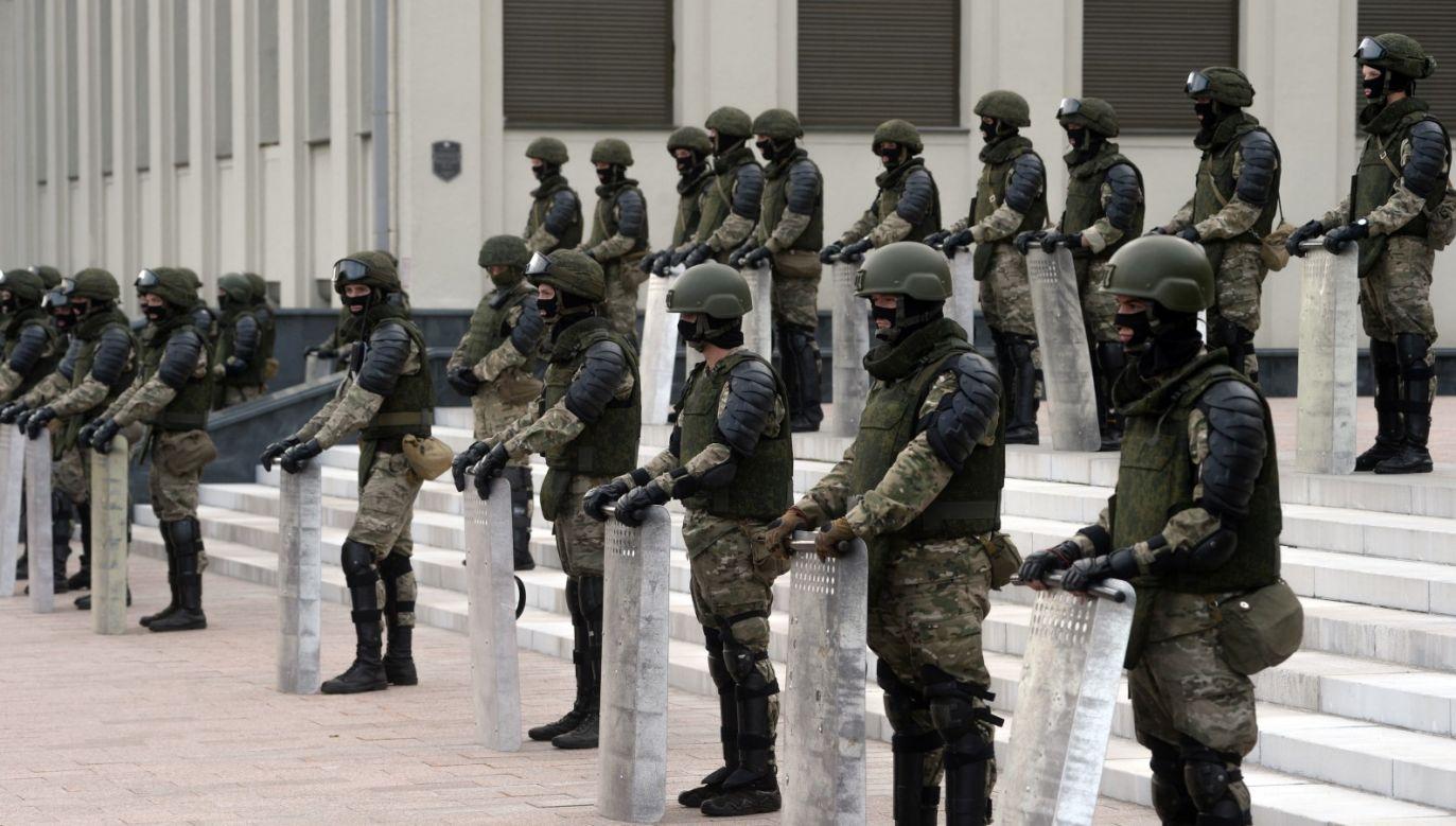 """W piątek Alaksandr Łukaszenka zwołał naradę Rady Bezpieczeństwa, podczas której zapowiedział, że """"nie pozwoli wywrócić Mińska do góry nogami"""" (fot. PAP/EPA/YAUHEN YERCHAK)"""