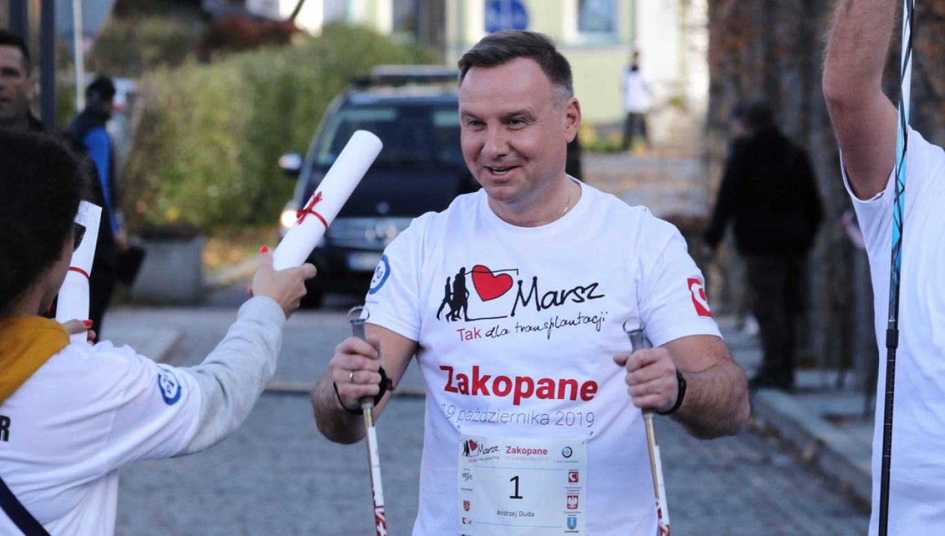 Prezydent osobiście wziął udział w marszu z kijkami, startując ulicami Zakopanego z numerem jeden (fot. PAP/Grzegorz Momot)