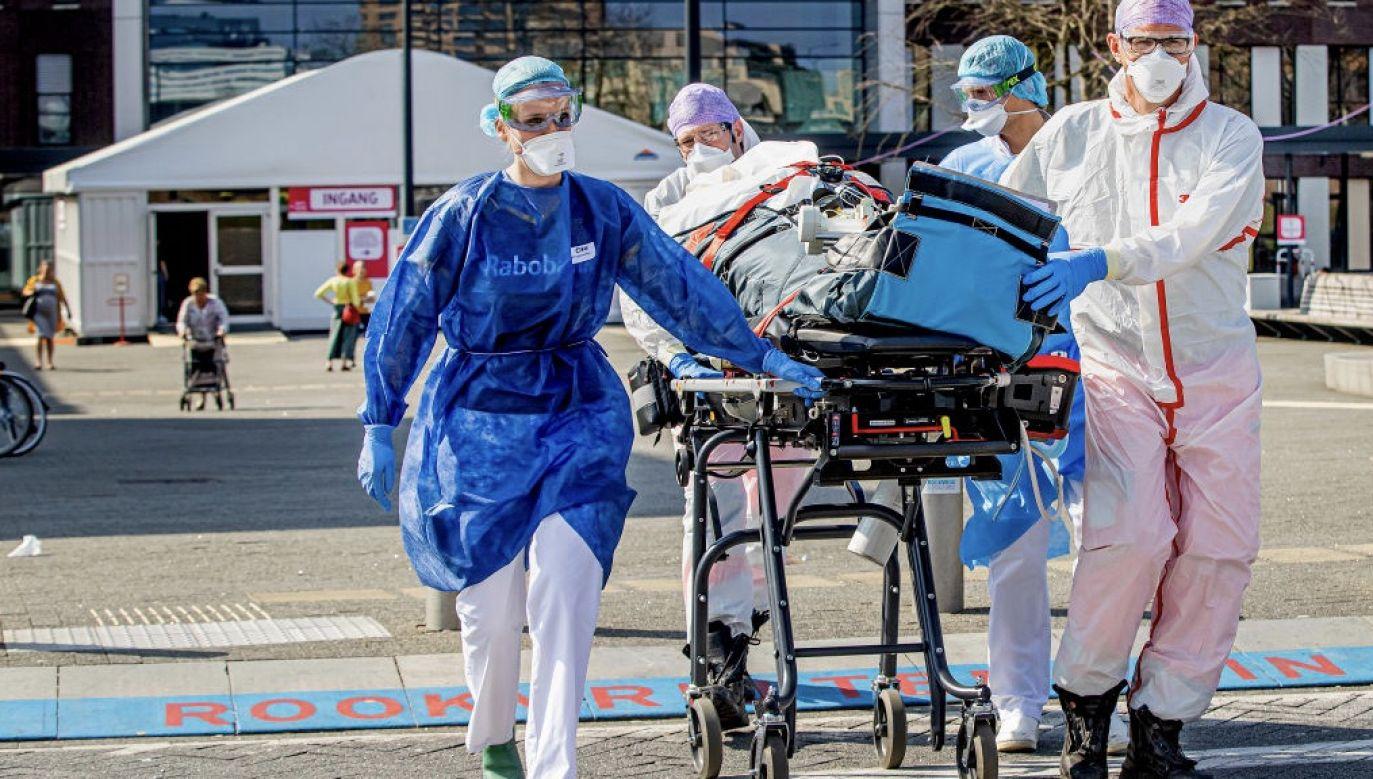 Premier Holandii ostrzegł, że liczba nowych infekcji może wzrosnąć do ponad 10 tys. dziennie (fot. Patrick van Katwijk/Getty Images)