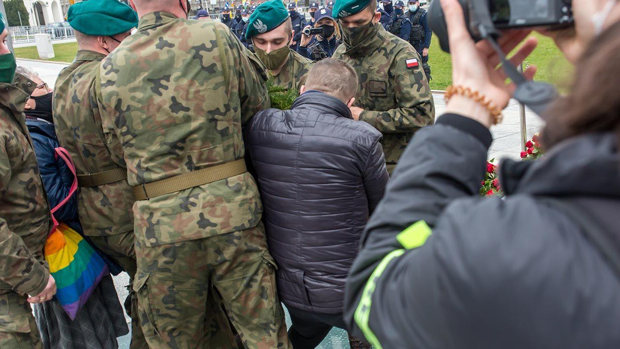 Przepychanki przed pomnikiem ofiar katastrofy smoleńskiej (fot. Forum/Bartosz Rozalski)