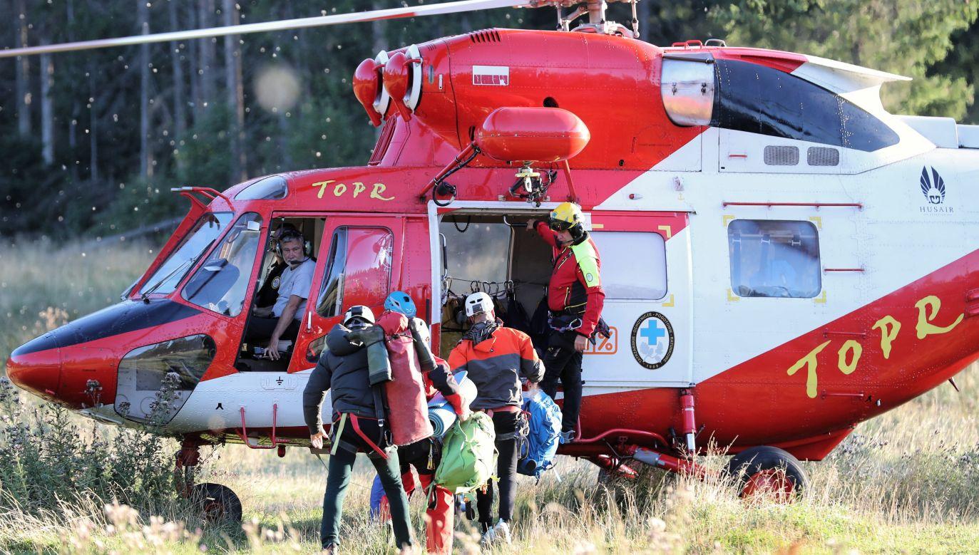Na pomoc uwięzionym grotołazom ruszyli ratownicy TOPR i strażacy z Krakowa (fot. PAP/Grzegorz Momot)