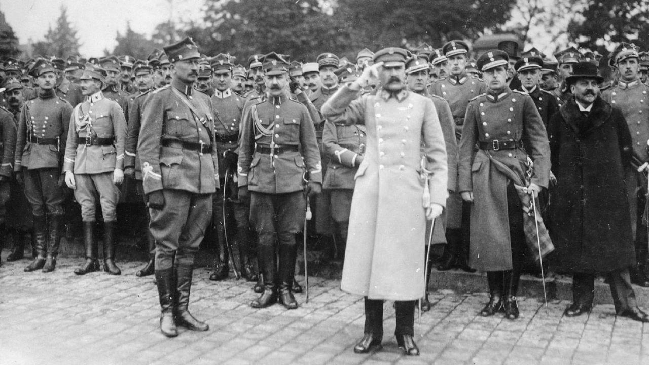 Józef Piłsudski w otoczeniu oficerów wojsk wielkopolskich odbiera defiladę na obecnym placu Mickiewicza; październik 1919 r. (fot. NAC)