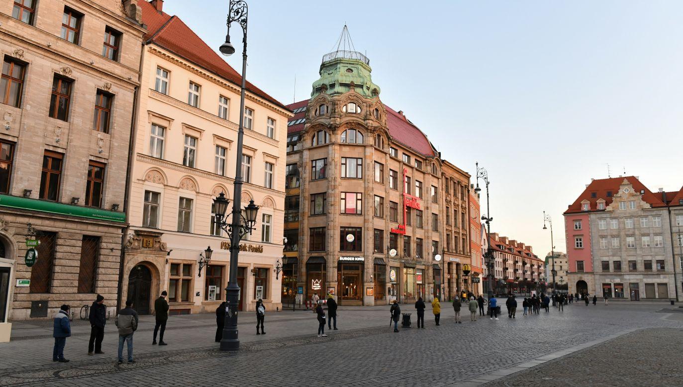 Kolejka na pocztę we Wrocławiu (fot.PAP/Maciej Kulczyński)