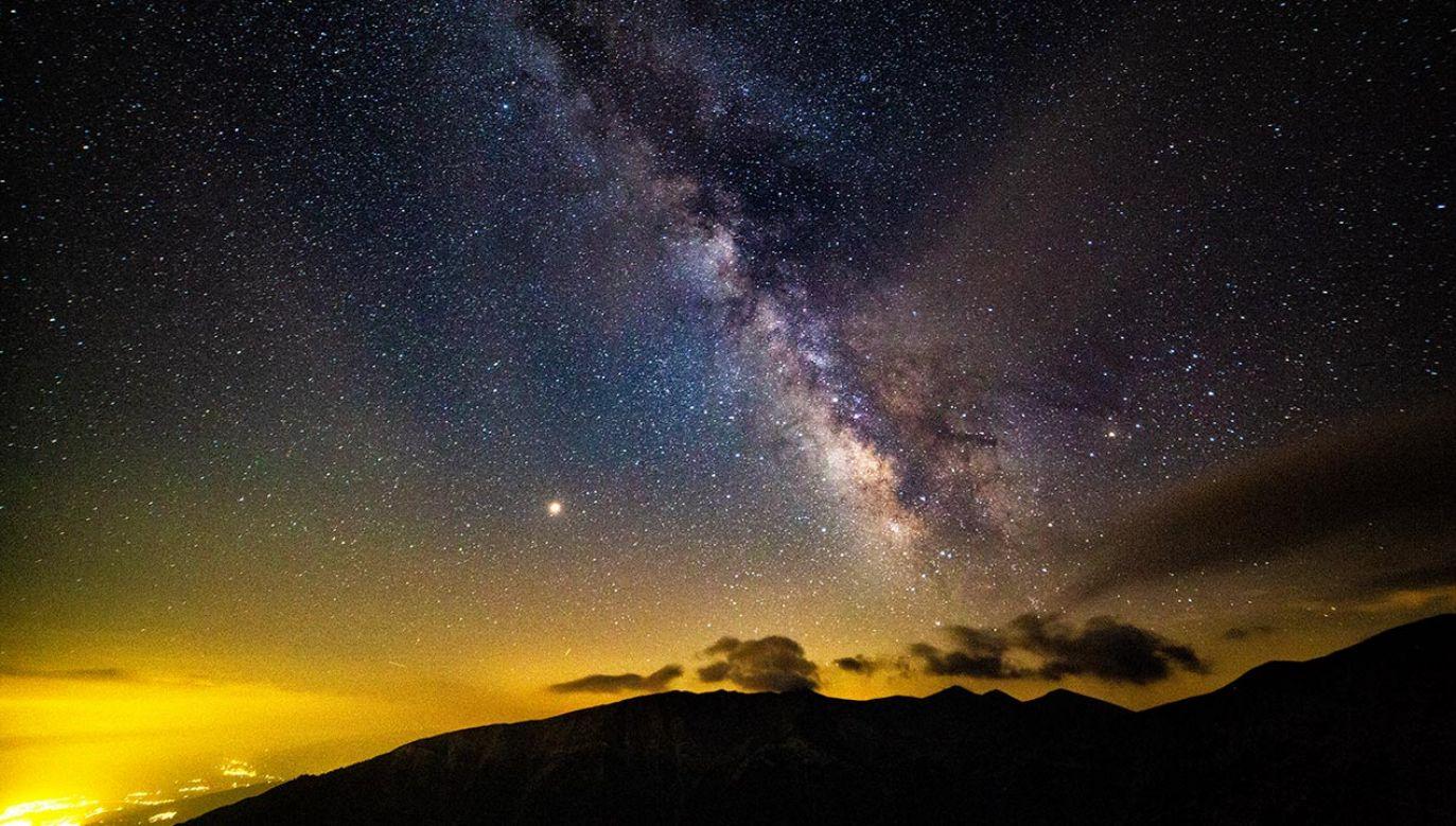 Ziemia powstała z milimetrowych cząstek złożonych głównie z węgla i wody (fot. Nicolas Economou / NurPhoto via Getty Images)