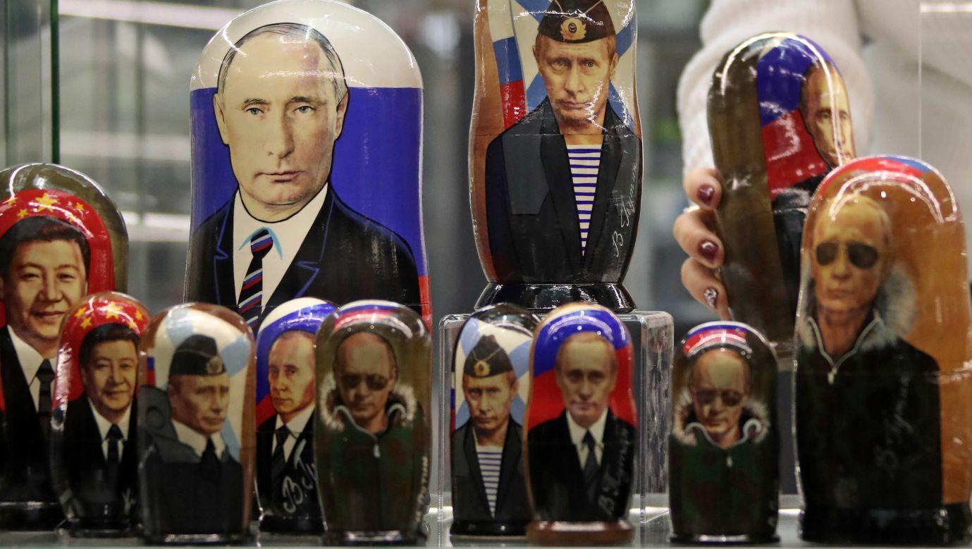 Wizerunek Władimira Putina jest na matrioszkach, kubkach, bombkach choinkowych, jajkach wielkanocnych... Fot. Valery Sharifulin\TASS via Getty Images