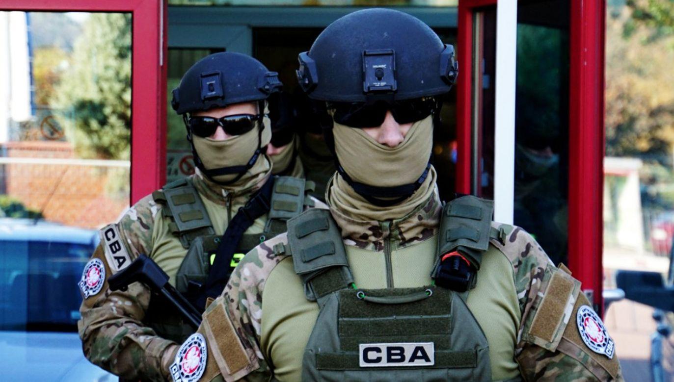 Funkcjonariusze w przeszukiwanych lokalizacjach zabezpieczają m.in. dokumentację i sprzęt elektroniczny (fot. CBA)