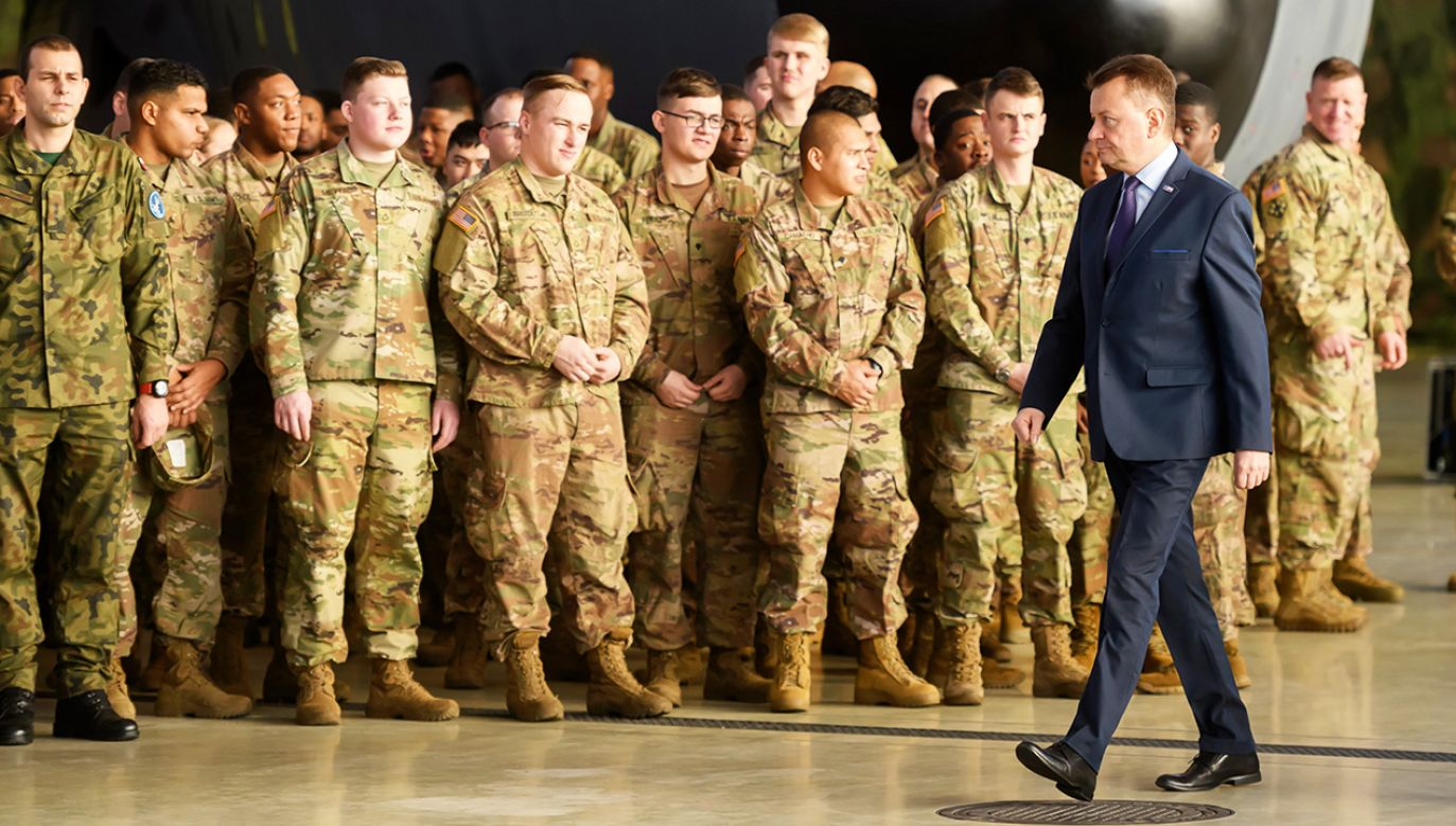 Minister obrony narodowej Mariusz Błaszczak podczas świątecznego spotkania z żołnierzami polskimi oraz wojsk sojuszniczych stacjonującymi na terytorium Polski (fot. PAP/Jakub Kaczmarczyk)