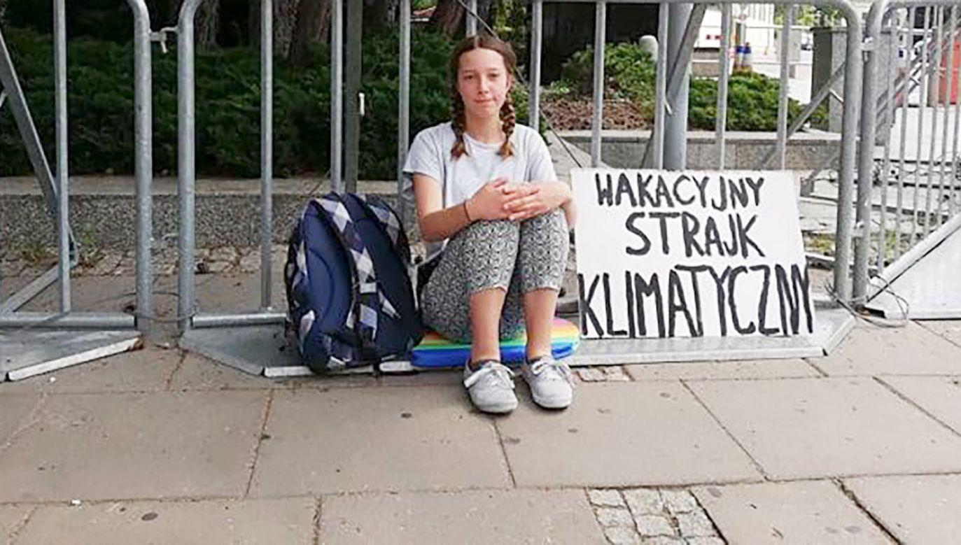Dziewczynka zamierza protestować w każdy piątek do końca lipca (fot. FB/Inga Zasowska)