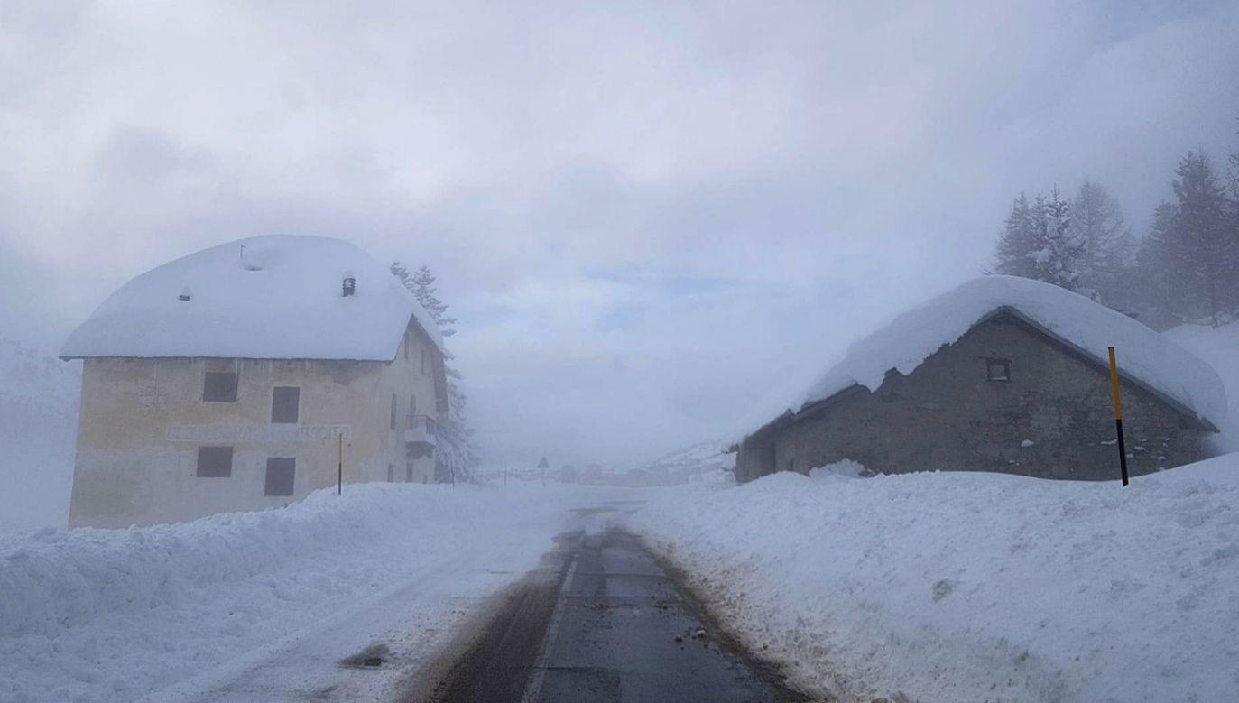 Z powodu opadów śniegu i wiatru w nocy z piątku na sobotę bez prądu było 60 tys. odbiorców (fot. PAP/EPA/GIAMPAOLO RIZZONELLI)