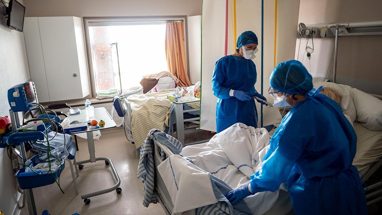 Rośnie liczba pacjentów z COVID-19 na oddziałach intensywnej terapii we Francji (fot. Arnold Jerocki / Getty Images)