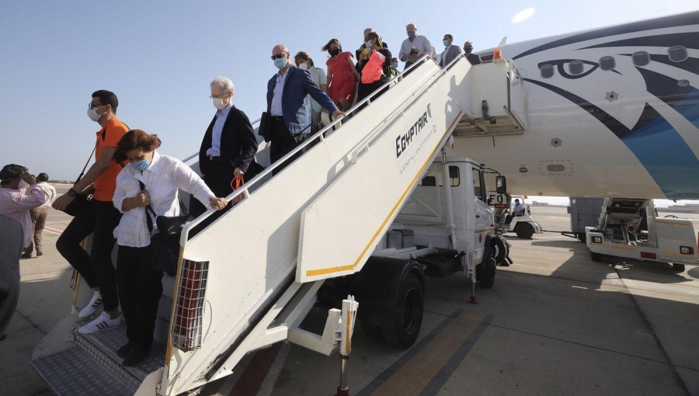 Linie lotnicze naciskają na rządy, by zrezygnowały z obowiązku przechodzenia kwarantanny  (fot. PAP/EPA/KHALED ELFIQI)
