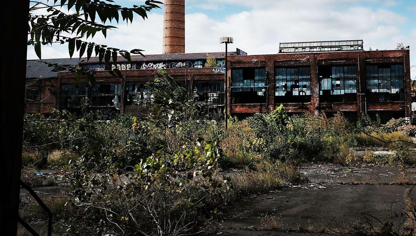 Rozpadajaca sie fabryka w