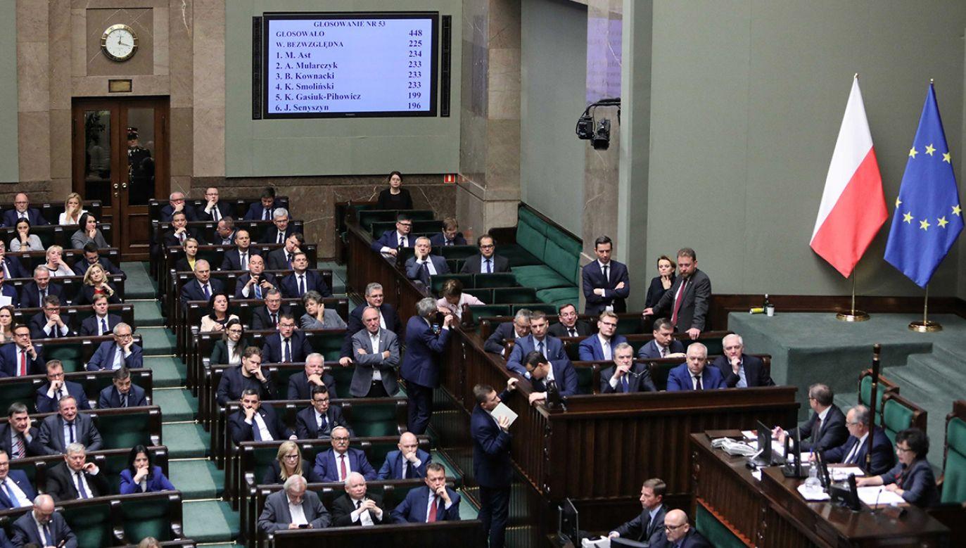 Podczas nocnego głosowania połsowie wybrali sędziów do KRS (fot. PAP/Leszek Szymański)
