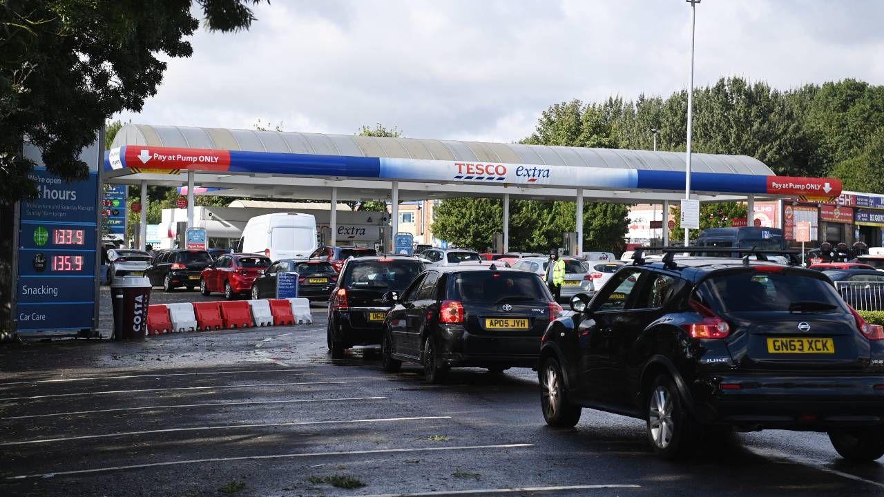 Kryzys paliwowy spowodował wywołał niedobór kierowców ciężarówek (fot. PAP/EPA/NEIL HALL)