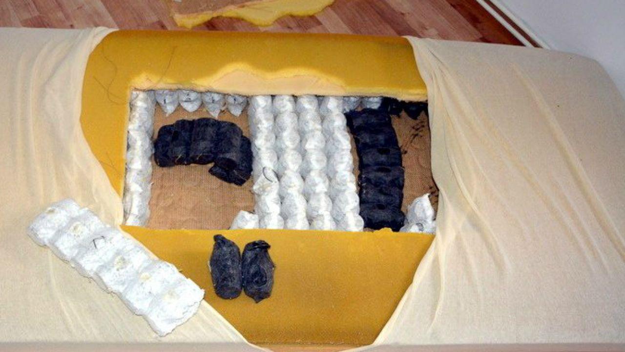Narkotyki były zapakowane próżniowo i ukryte w materacu (fot. CBŚP)