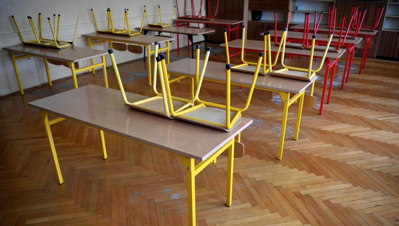 Puste ławki w szkole podstawowej w Przemyślu (fot. arch PAP/Darek Delmanowicz)