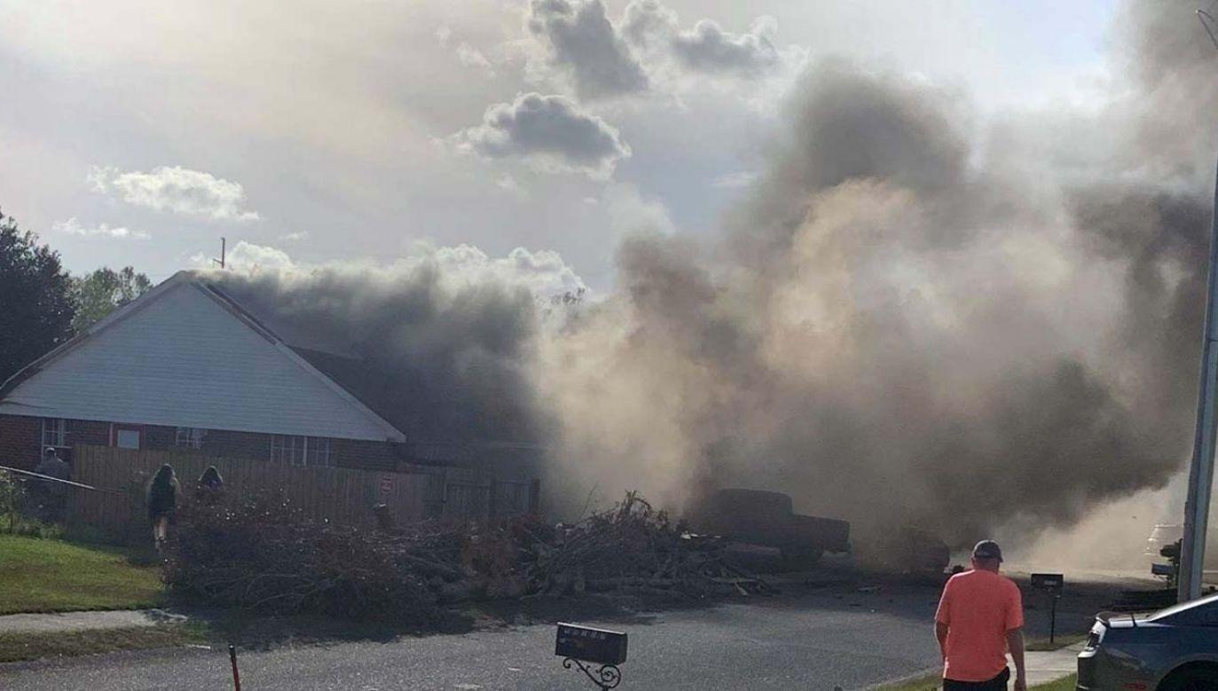 Dom stanął w ogniu (fot. TT/WTKR News 3)