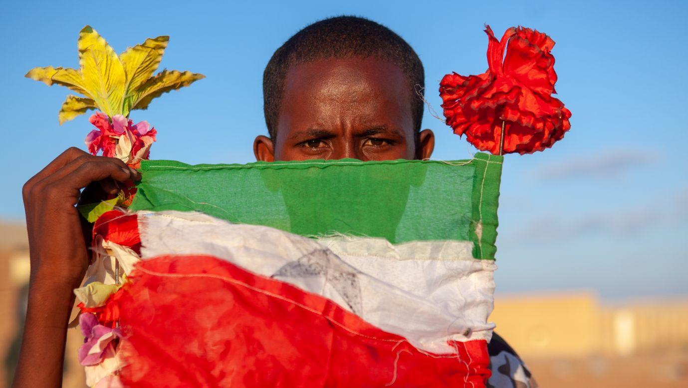Młody Somalilandczyk z narodową flagą w mieście Burao. Fot. Eric Lafforgue/Art In All Of Us/Corbis via Getty Images