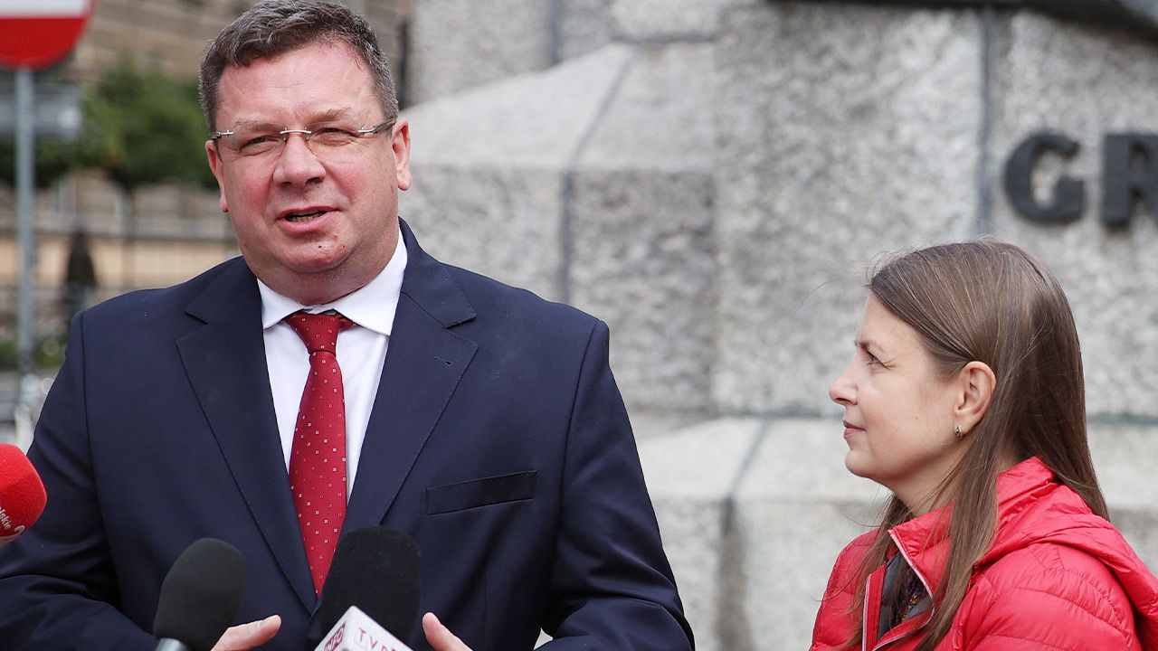 Członek Rady Ministrów Michał Wójcik i matka dzieci (fot. PAP/Łukasz Gągulski)