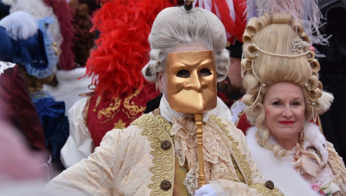 Maski są jednym z symbolu zabaw karnawałowych w Wenecji (fot. PAP/EPA/ANDREA MEROLA)