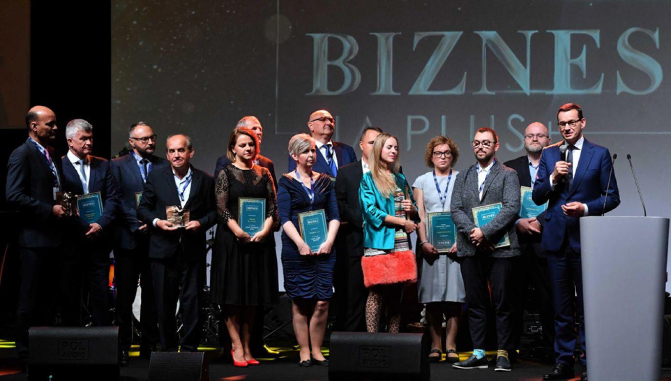 Premier Mateusz Morawiecki z laureatami nagród, podczas XII Europejskiego Forum Gospodarczego w Łodzi (fot. PAP/Grzegorz Michałowski)