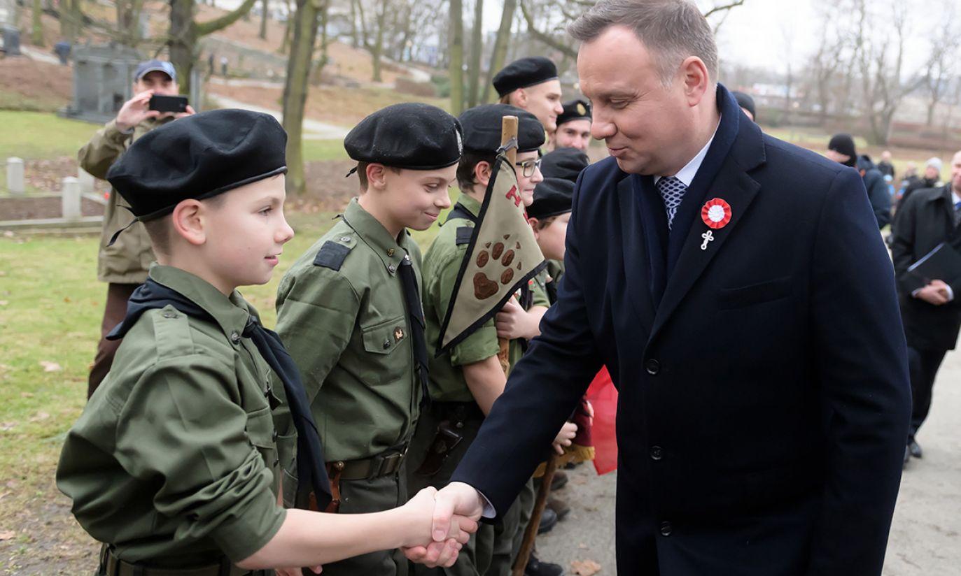 rezydent Andrzej Duda z harcerzami na Cmentarzu Zasłużonych Wielkopolan (fot. PAP/Jakub Kaczmarczyk)