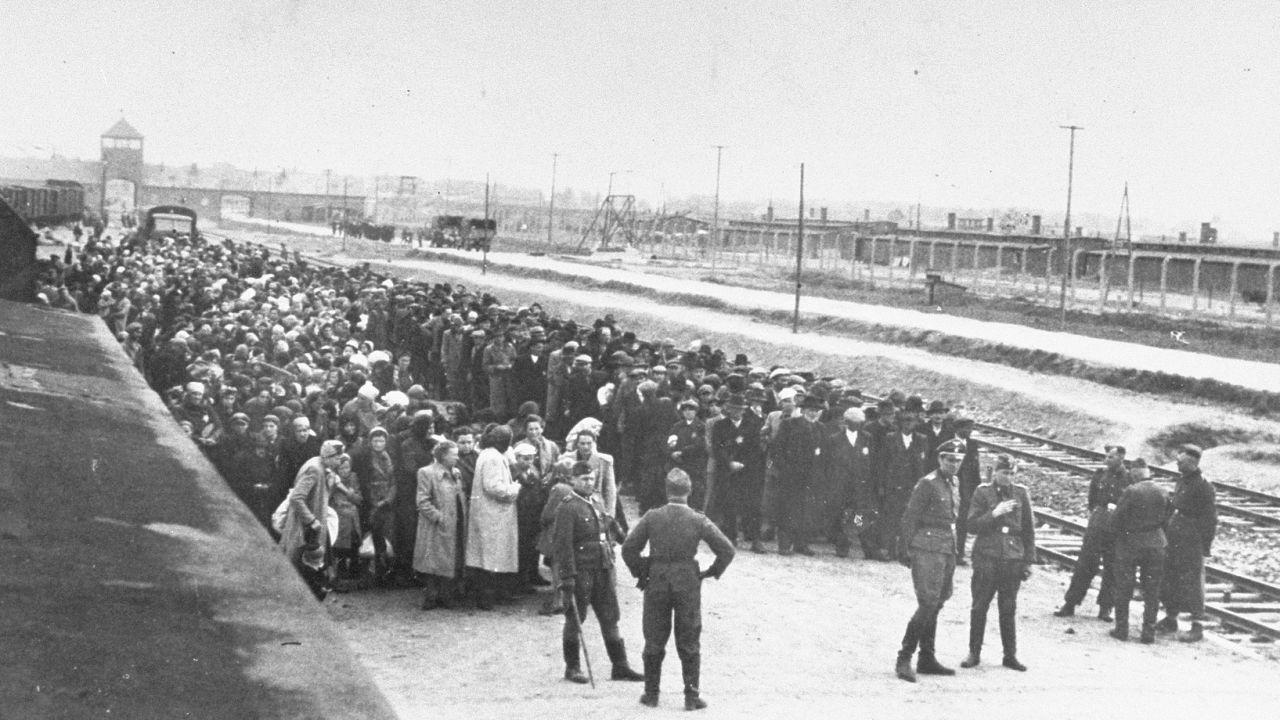 Żydzi z Zakarpacia na rampie selekcyjnej w Auschwitz (fot. wikimedia.org/domena publiczna)