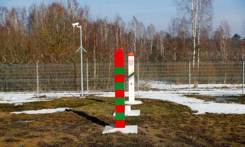 Obwód kaliningradzki – znakowanie słupów w pobliżu placówki granicznej Jakowlewka na rosyjskiej granicy z Litwą i Polską. Fot. Vitaly Nevar / TASS via Getty Images
