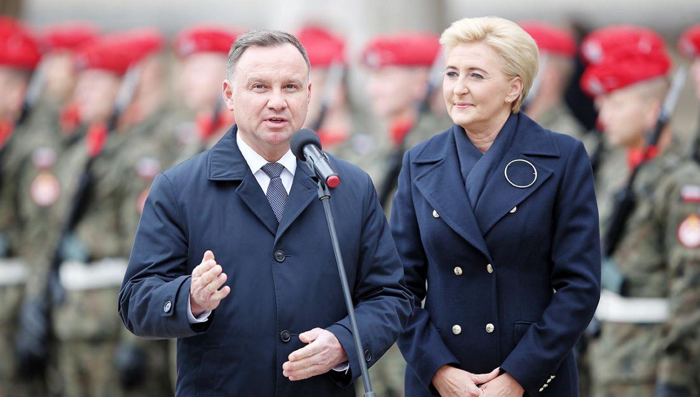 Para Prezydencka na uroczystości wręczenia sztandaru wojskowego w Krakowie (fot. PAP/Łukasz Gągulski)