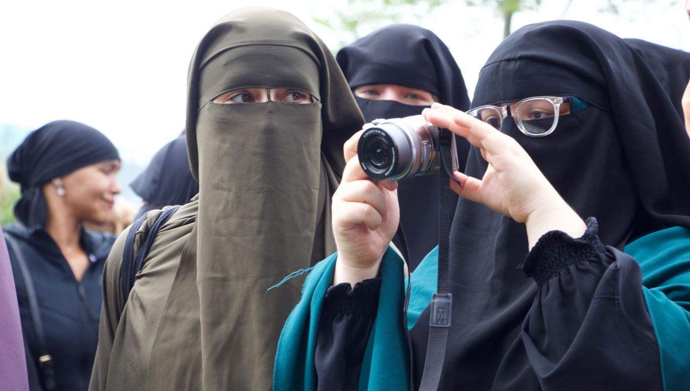 Protesty przeciwko wprowadzonemu niedawno zakazowi noszenia burek i nikabów w Holandii. Fot. Abdullah Asiran/Anadolu Agency via Getty Images
