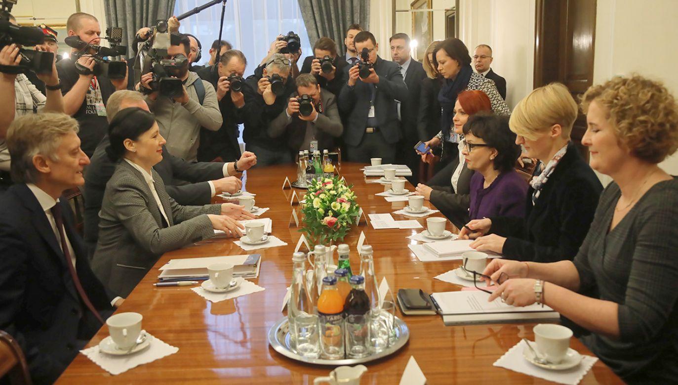 """Komisarz Jourova uznaje wtorkową wizytę za  """"dobry początek dialogu"""" (fot. PAP/Wojciech Olkuśnik)"""