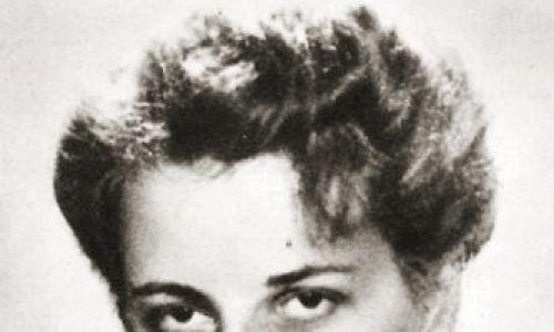 """Ewa Prauss-Płoska, ps. Ewa (1913 – 1986) – żołnierz Kedywu AK (""""Dysk"""", """"Disk"""" – """"Dywersja i Sabotaż Kobiet""""), potem wywiadu batalionu """"Parasol"""" (rozpracowała kilku Niemców, m.in. Franza Bürkla – zastępcę komendanta Pawiaka, Augusta Kretschmanna – zastępcę komendanta Gęsiówki). Walczyła w powstaniu warszawskim. Córka Ksawerego i Zofii Praussów. Matka Zofii Romaszewskiej. Fot. Aleksander Kunicki, """"Cichy front"""", Warszawa 1969, ed. Pax, Domena publiczna, https://commons.wikimedia.org/w/index.php?curid=59354395"""