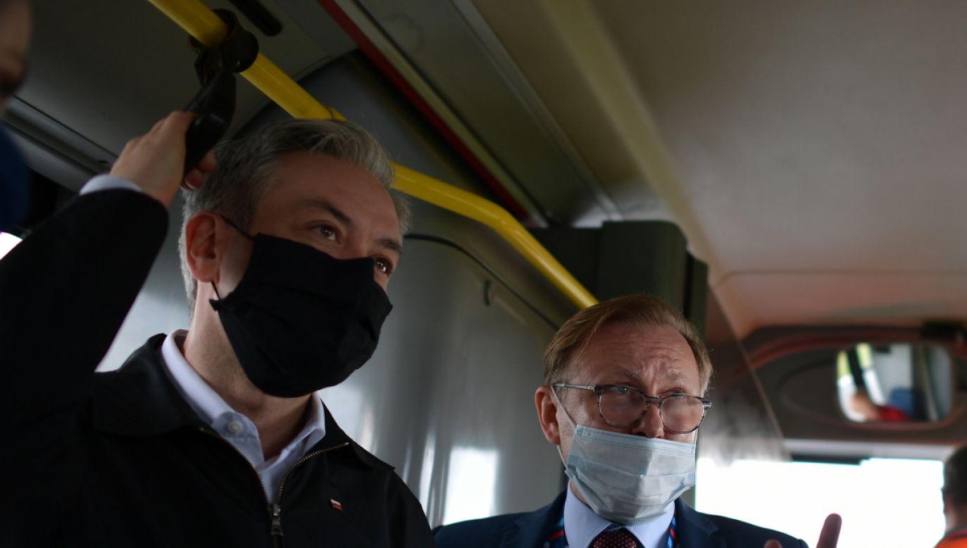 Lotnisko Modlin. Robert Biedroń i Marcin Danił (fot. PAP/Marcin Obara)