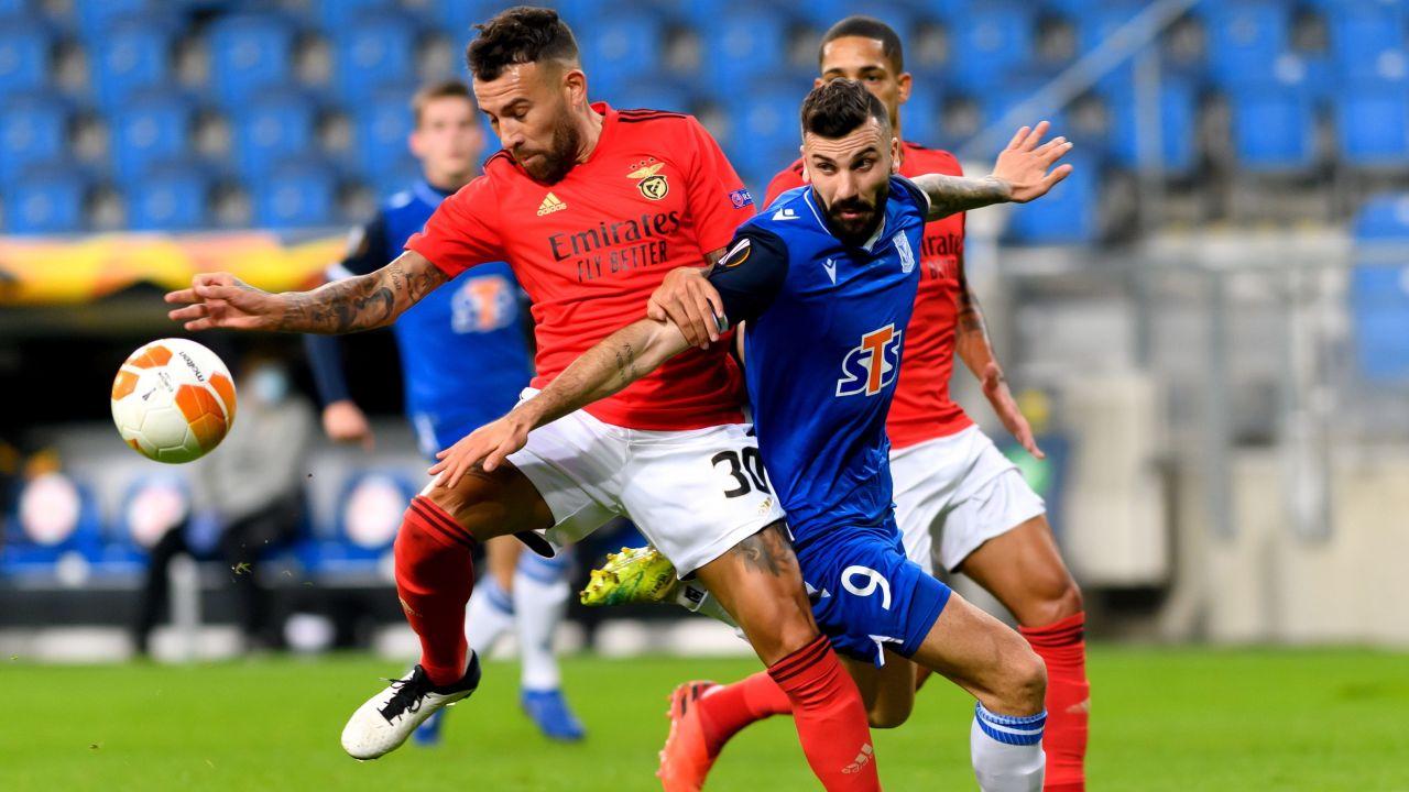 Mikael Ishak strzelił dwa gole i był jednym z najjaśniejszych punktów Lecha w czwartkowym meczu (fot. PAP/Jakub Kaczmarczyk)
