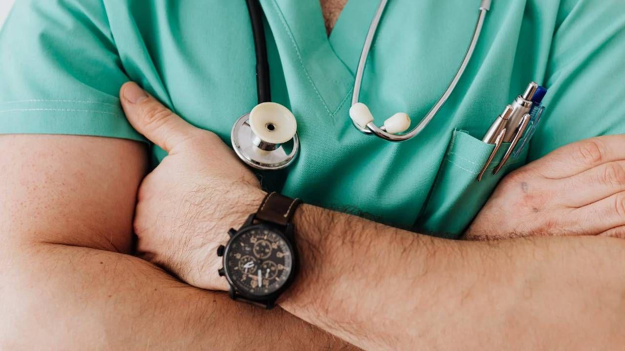Lekarze mogą liczyć na wyższe zarobki niż lekarki (fot. Pexels)