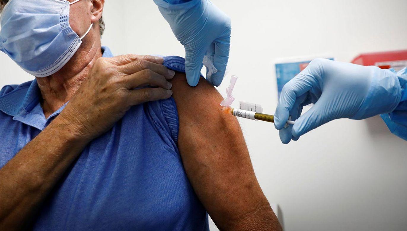 Ekspert odpowiada na pytania dotyczące szczepień na COVID-19 (fot. Shutterstock/vasilis asvestas)