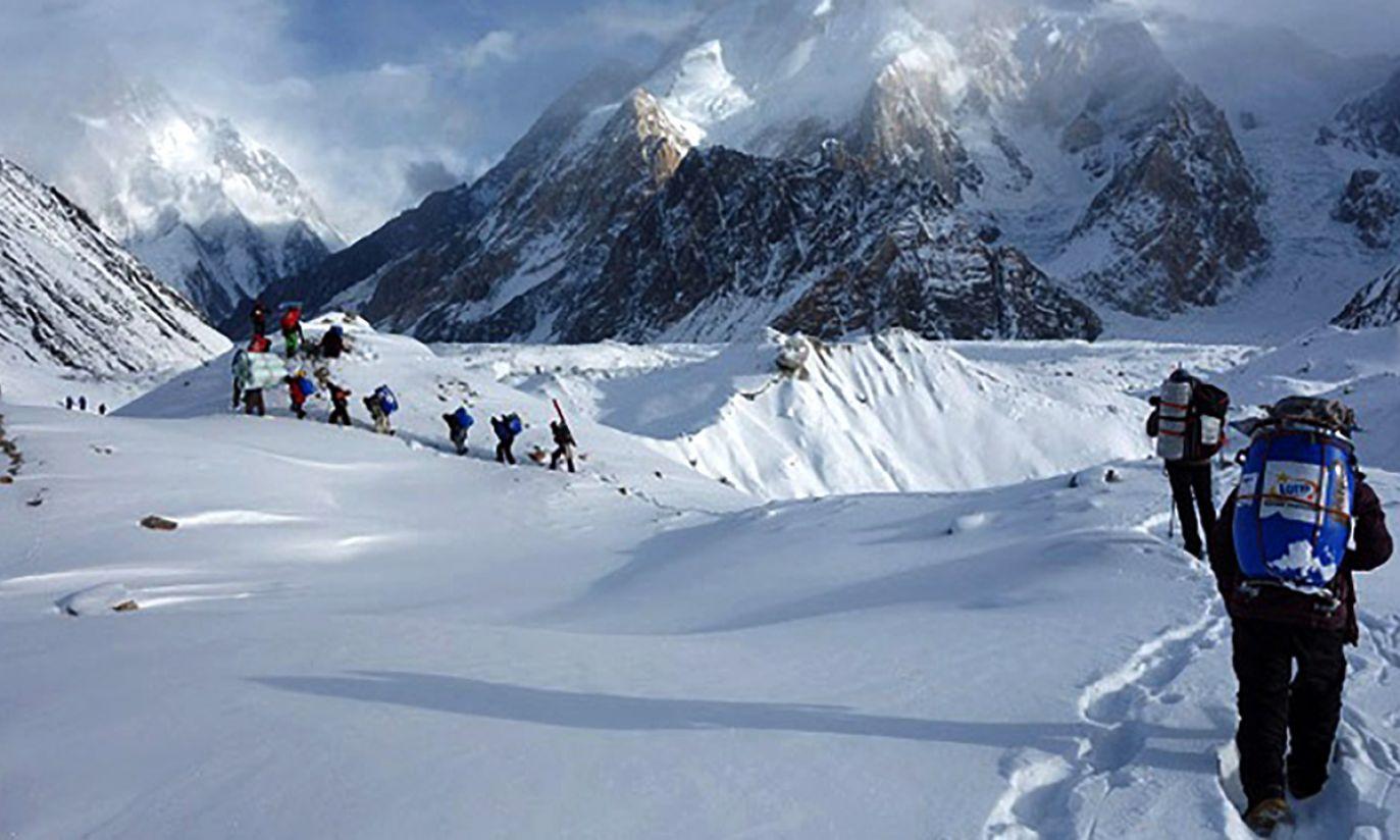 Karawana przebija się  przez miejsce, gdzie łączą się dwa lodowce (fot. Wyprawa na K2)