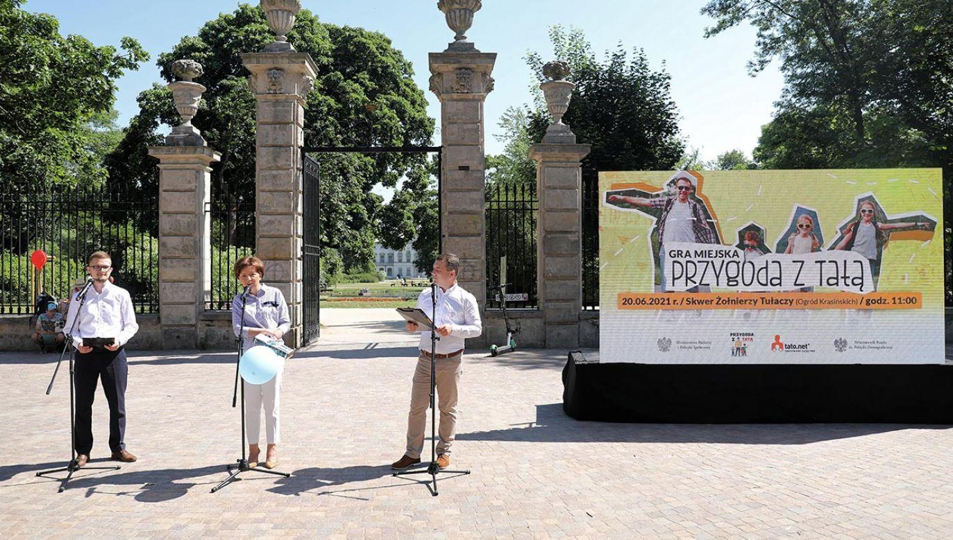 Gra została zorganizowana przez MRiPS z okazji zbliżającego się Dnia Ojca (fot. PAP/Albert Zawada)