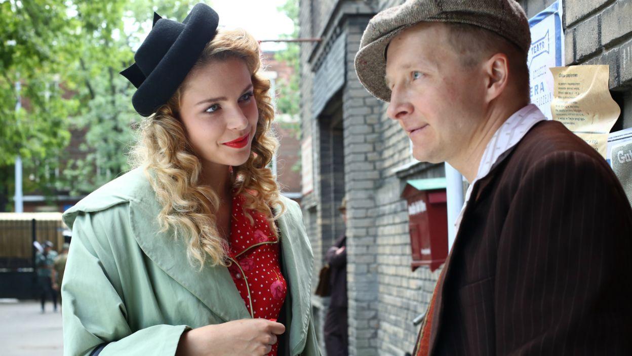 Ewka idąc do pracy spotyka Malinę, który ma dla niej dorobiony klucz od sejfu Dietricha (fot. TVP)