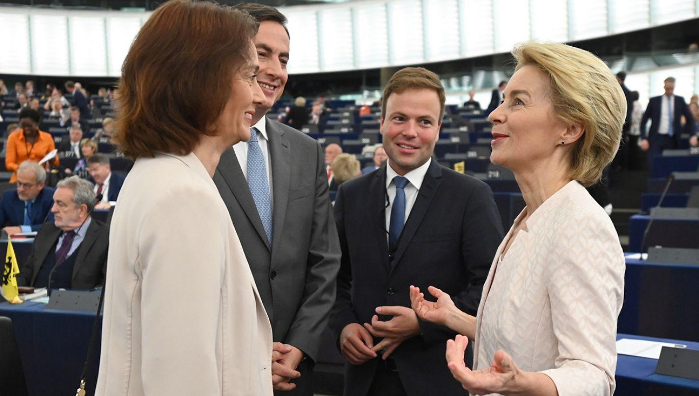 Na Ursulę von der Leyen głosowało 383 europosłów (fot. PAP/EPA/PATRICK SEEGER)