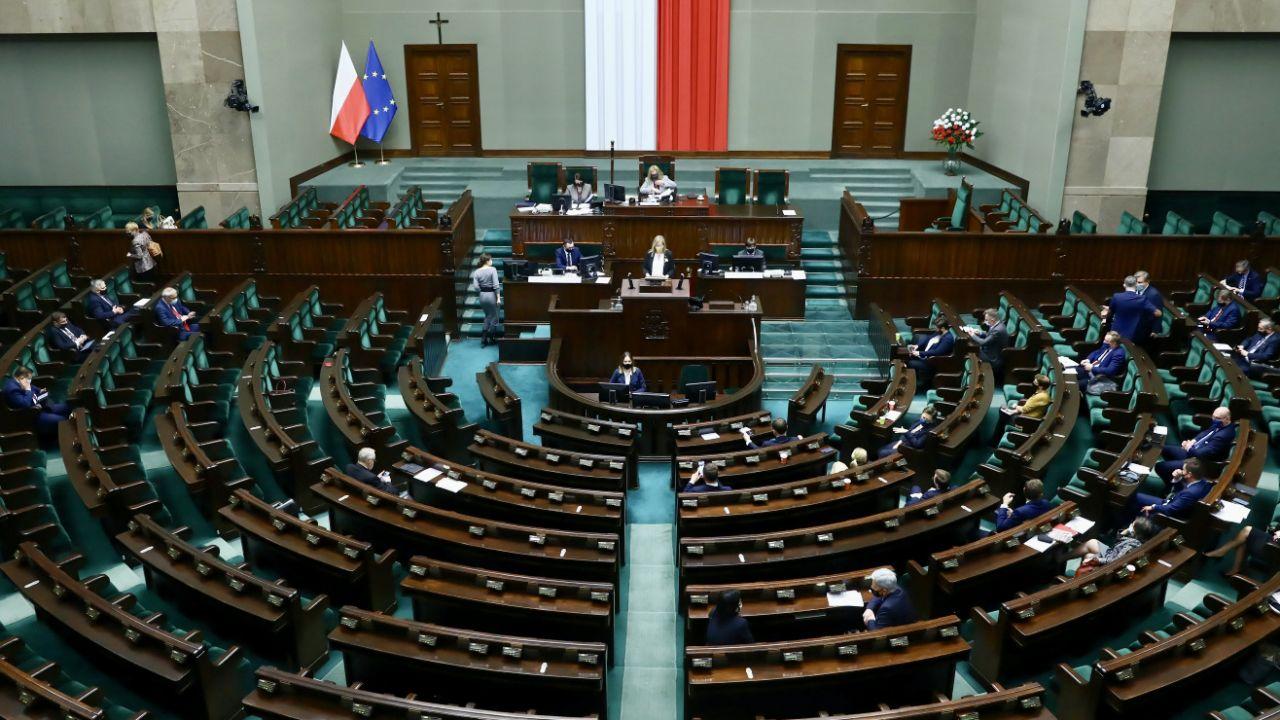 Sondaż ws. wyborów do Sejmu – kto wygrałby wybory? (fot. PAP/Rafał Guz)