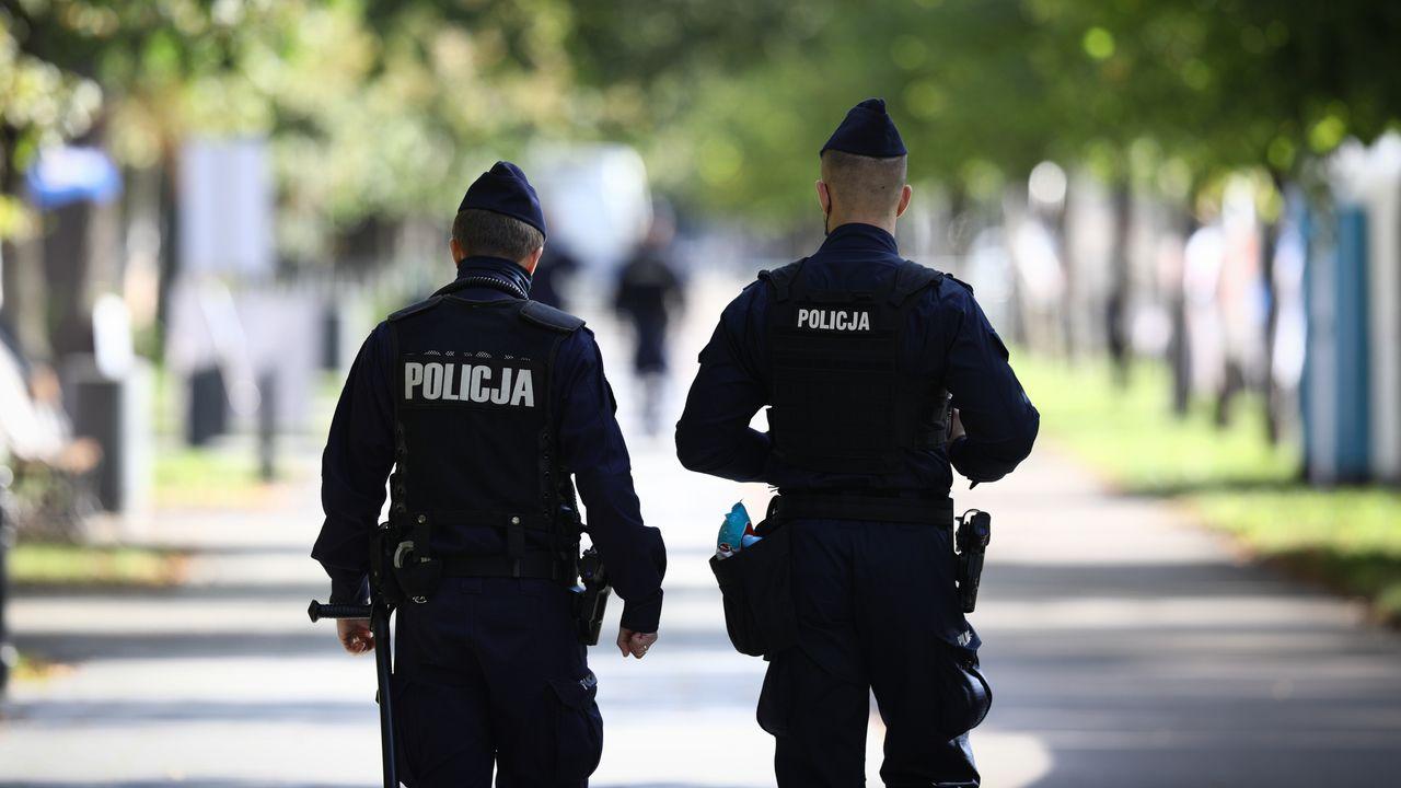 Policja komentuje temat zwolnień lekarskich L4 (fot. STR/NurPhoto via Getty Images)