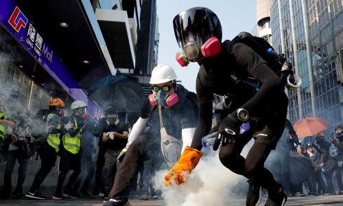 Ulice wypełniają chmury gazu łzawiącego. Niedziela, 20 października. Fot. REUTERS/Tyrone Siu
