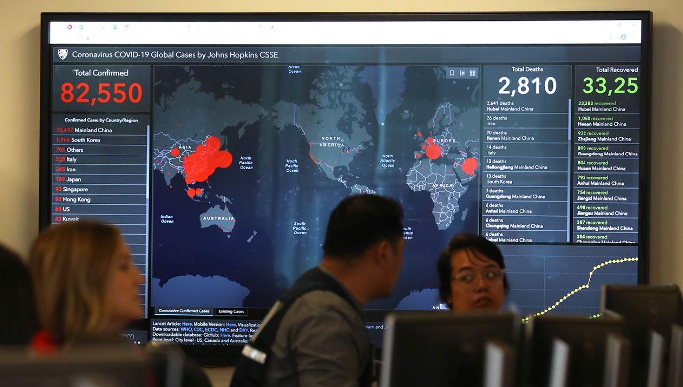 Mapę opracowali naukowcy z Uniwersytetu Johnsa Hopkinsa (fot.Justin Sullivan/Getty Images)