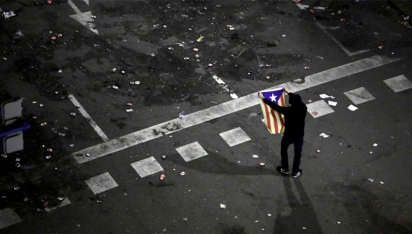 Protesty w Katalonii trwają kolejny dzień (fot. PAP/EPA/JESUS DIGES)