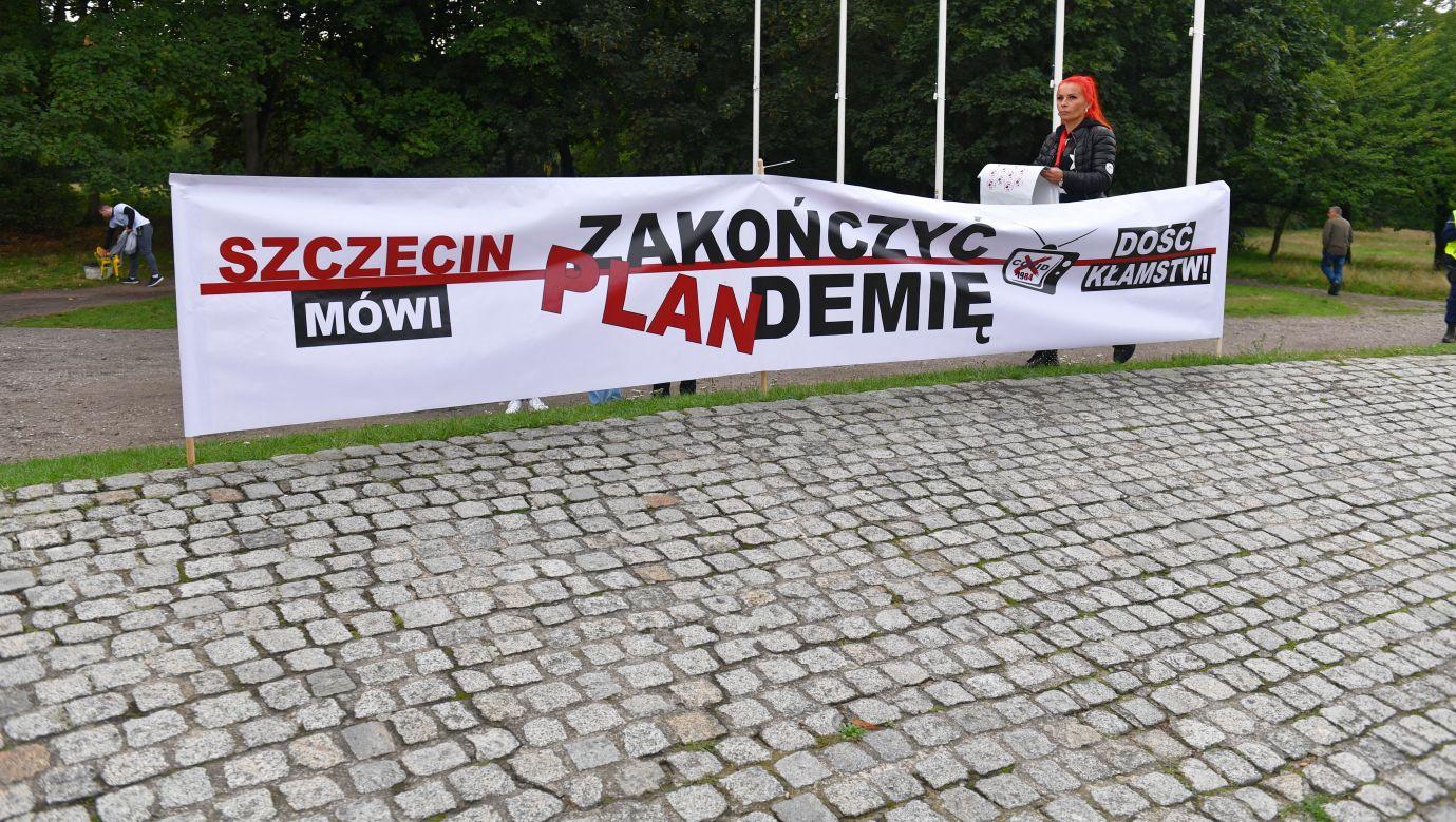 """Protest pod hasłem """"Stop plandemii"""" przed Pomnikiem Czynu Polaków w Szczecinie 5 września 2020. Fot. PAP/Marcin Bielecki"""
